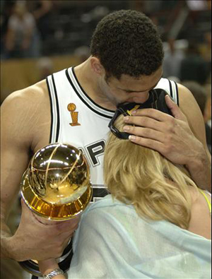 tim-duncan-kissing-amy-after-championship-game